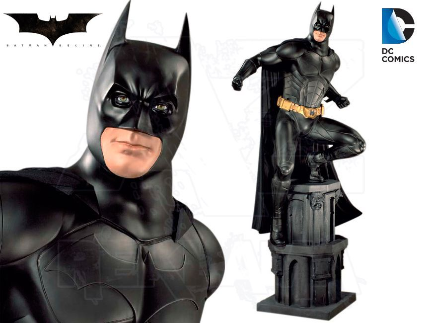 Filmová Figura v životní velikosti se základnou - BATMAN začíná